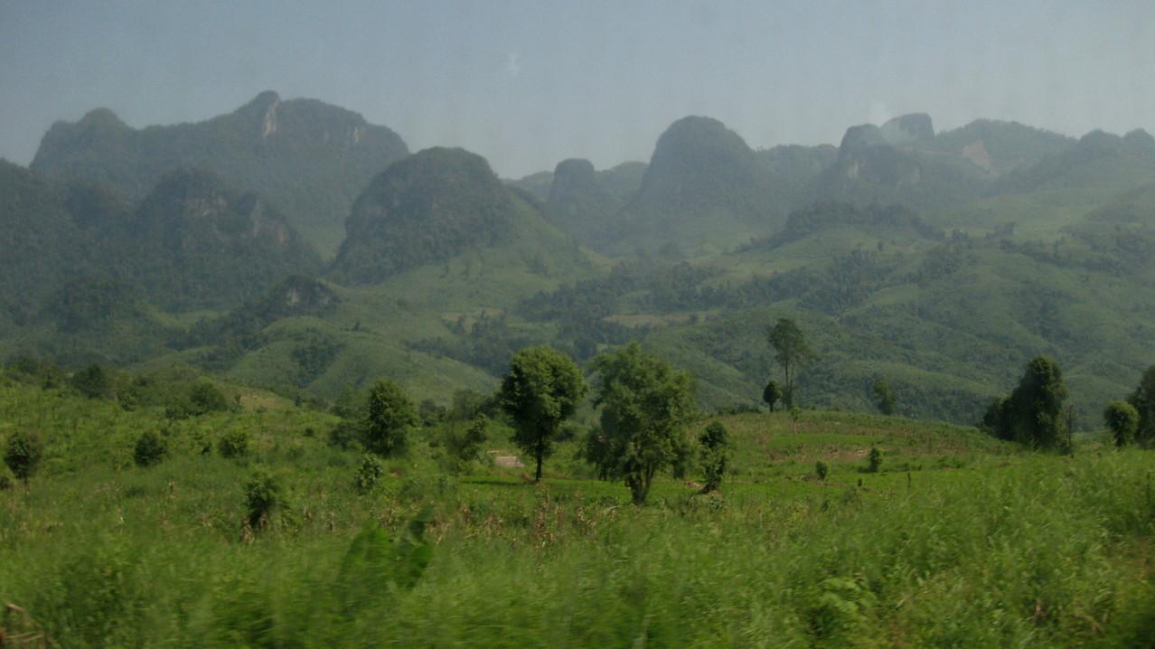 ビエンチャンよりバスで3時間の観光地バンビエンに近づく手前から、奇妙な形の山が現れてくる。