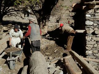 神殿前の土砂を取り除く