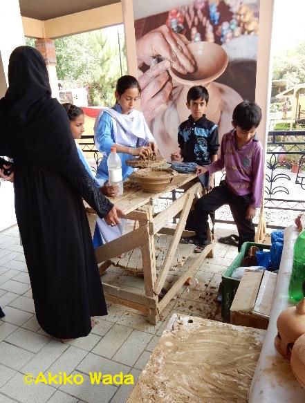 博物館の玄関口で行われていた素焼きの器作りのワークショップ。