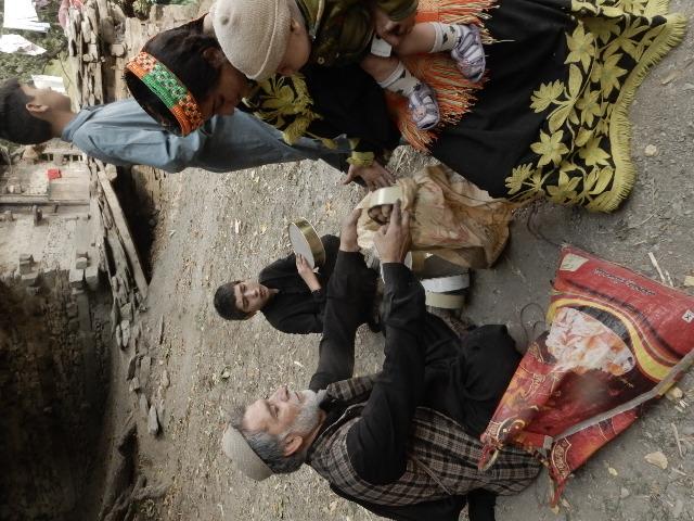 収穫期になると、行商人が家庭用品やビーズを持って、家々を回り、クルミと物々交換をする。このフルイ(80ルピー)とフルイ一杯のクルミが交換された。 (画像が縦位置になってくれない)