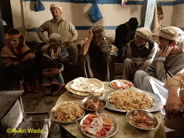 ワリシャーの家に蛇が2匹住み着いていたので、祈祷してもらったら爺さんと婆さんが出た。その供養に食事を作り、村の年配たちを呼んで食べてもらう。私も年配の一人としてだろうか呼ばれた。