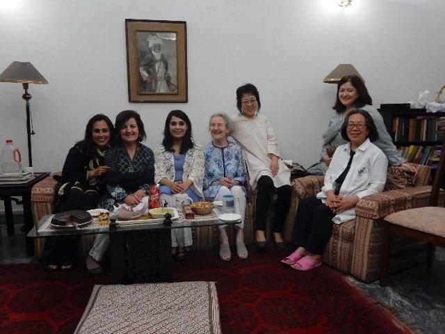 ドイツから帰国したばかりのファジアを訪ねた彼女の家族親戚の女性たちと。右は古庄弘枝さん
