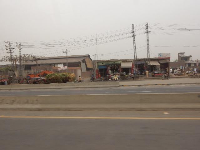 どこもかしこも、コンクリートで塗り固められた幅広い高速道路が造られ、住んでいる住民たちは道路の端っこに追いやられてしまっている。