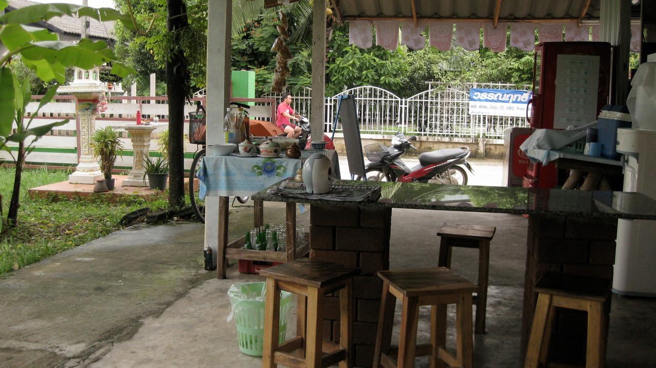 宿の前の食堂。