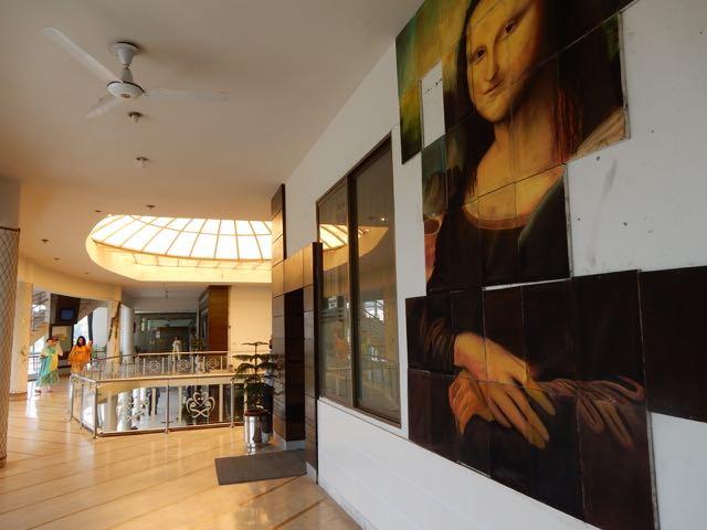 知人の家族2人が通うハヤッタバードのイクラ大学のアート&デザイン学部。この大学の建物は妙にオシャレではあるが。