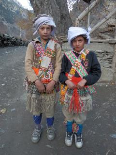 2度目の通過儀礼で正装した少年たち