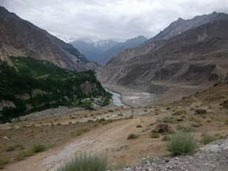 On the Karakoram Highway by Hassan's special jeep. 知合いのハッサンのジープで快適にカラコルムハイウェーを走る。