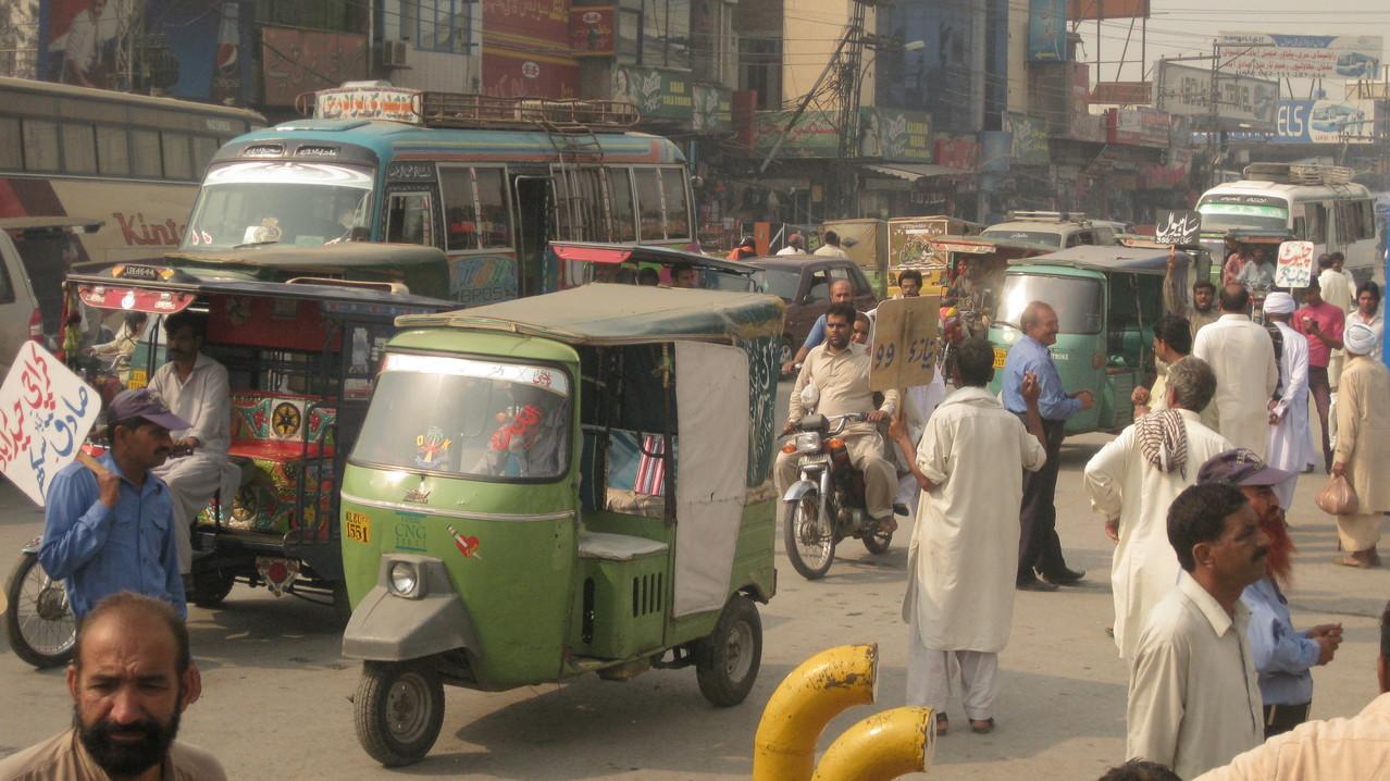 ラホールの街は交通量がめちゃくちゃ多く、リキシャに乗るたびに怖い思いをする。