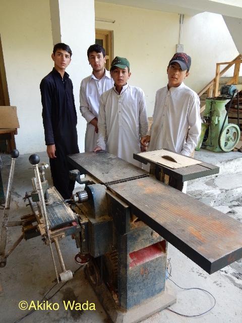 男性たちには木工技術を教えている