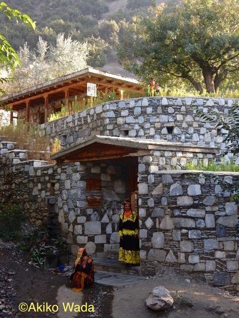 ブルーン村のバシャリ(生理・出産の家)はギリシャ人の援助で建てられた。その後も諸々の機関から援助物質が 後を絶たず、布団など必需品だけでなく洗濯機、テレビまで入れる話がある
