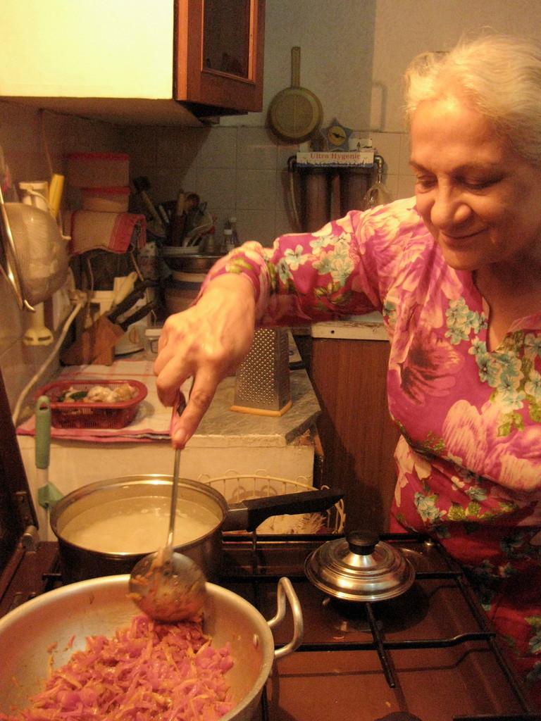 料理に精出すヌザットさん。