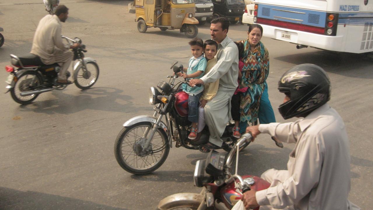 1台のオートバイに5人乗るたくましい家族。