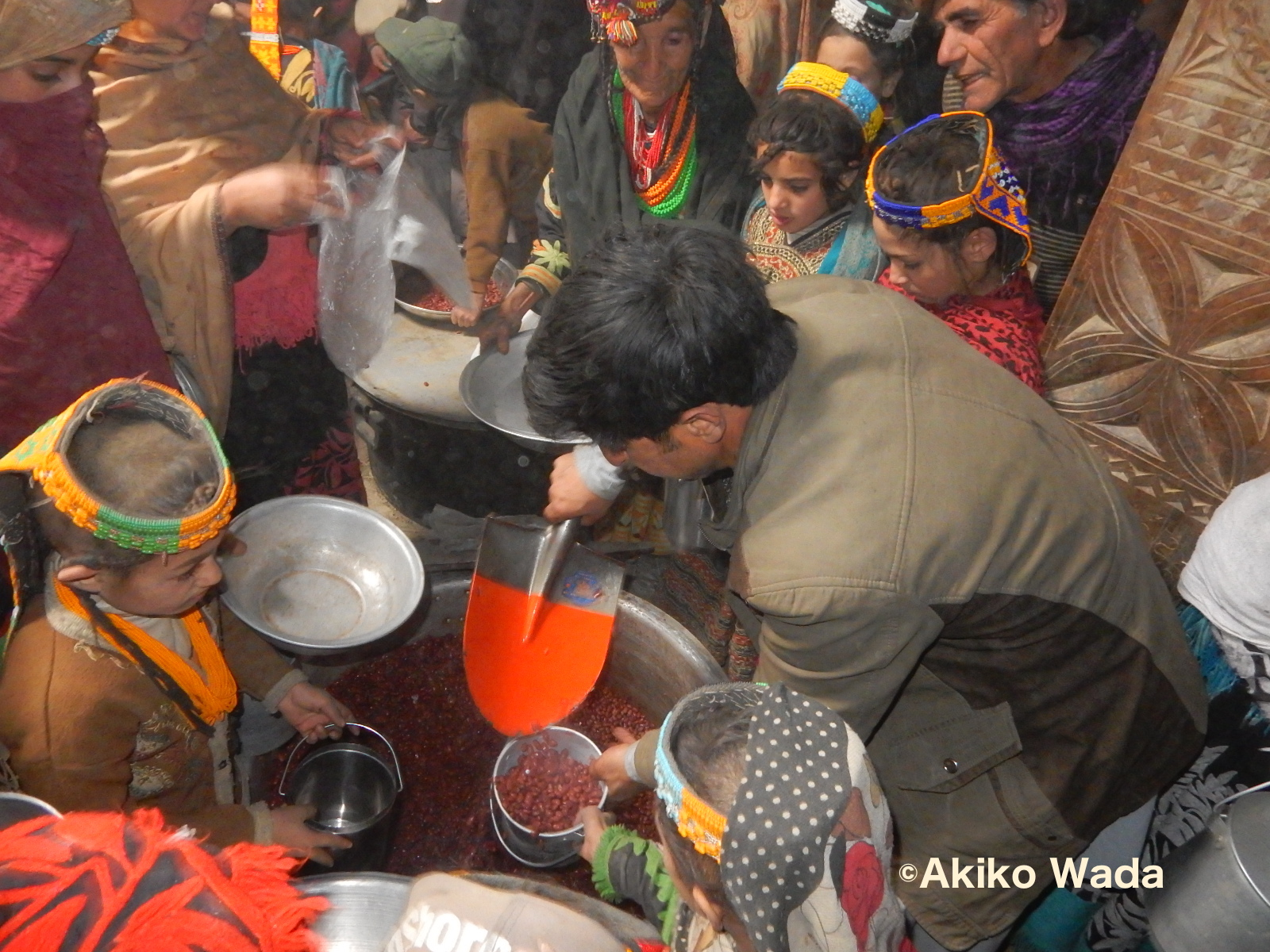 通過儀礼の儀礼を持つ親たちは、その儀礼の数日前に大量の豆を神殿で煮て、谷の全家庭(160家族)に配る