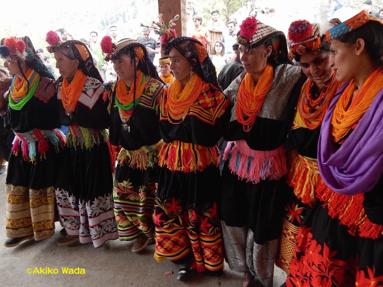 中央の円陣が歌う御詠歌のような歌に合わせて、女性たちは横並びになって踊る。