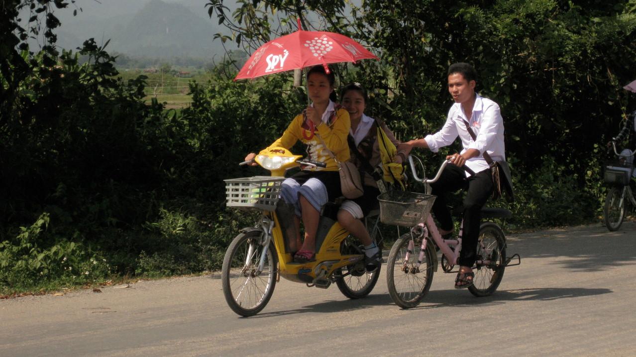 左の彼女たちが乗ってるのは電動自転車みたいだ。