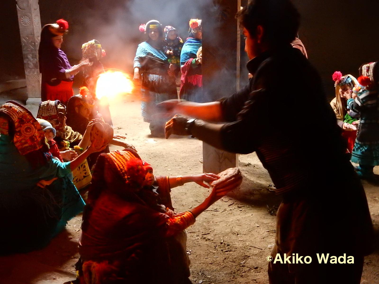 先祖の地からバリマイン神が訪れる前に、浄めの儀礼を受ける女たち。家族の男から注がれる水で手を洗い、男が焼いた5枚のクルミパンを持ち、聖なるネズの枝の火を頭上に3回まわしてもらう。神社のお祓いに似てる。