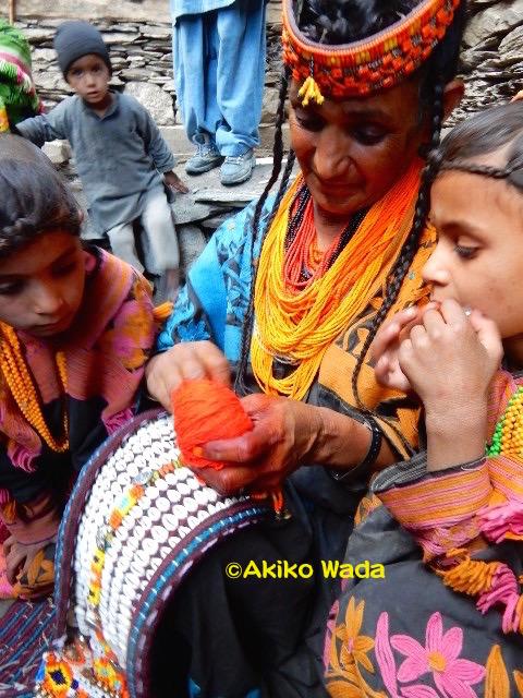 春祭りを目の前に、クパース(正装用の頭飾り)の仕上げをするアスマーラ・アーヤと孫たち。
