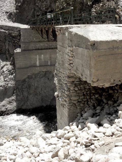 完成して一ヶ月後に橋桁が欠落してしまい、今も使えない状態。