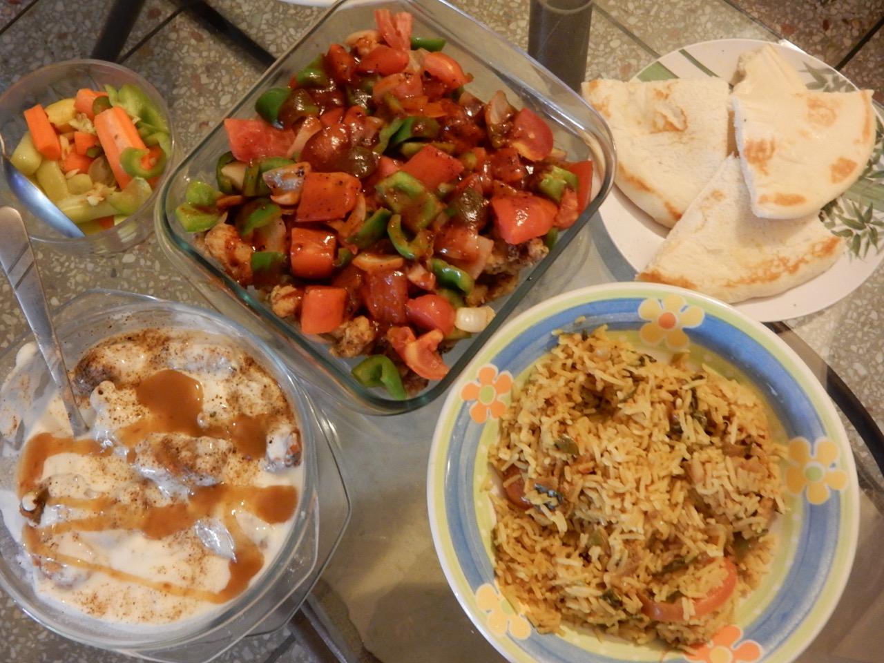 左はポコラのヨーグルトかけ、真ん中は白身の魚フライが下にかくれているが、酢豚の魚バージョン。右は野菜炊き込みご飯。もちろん彼女の手料理。