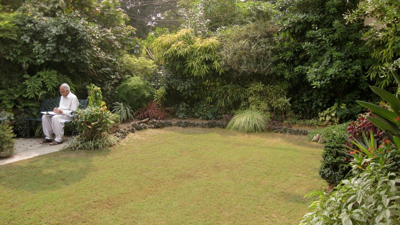 数百種の木々草花が生き生きと茂るヌザットさんのお友達の家の庭は、ラホールの喧噪とは別世界。