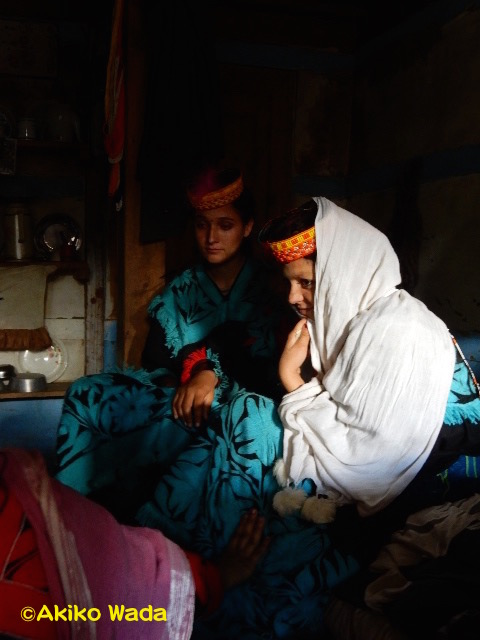バラングル村ではウチャウの夜、2組のカップルが生まれた。夫の家に足入れした花嫁さん。