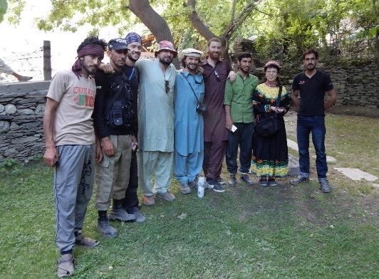 私を訪ねてきた英国人4名とガイド、メカニック、ドライバー、ポリスと。彼らは北部パキスタンをオートバイでツーリングしているそうだが、カラーシャ谷だけはその許可が下りず、車で来たという