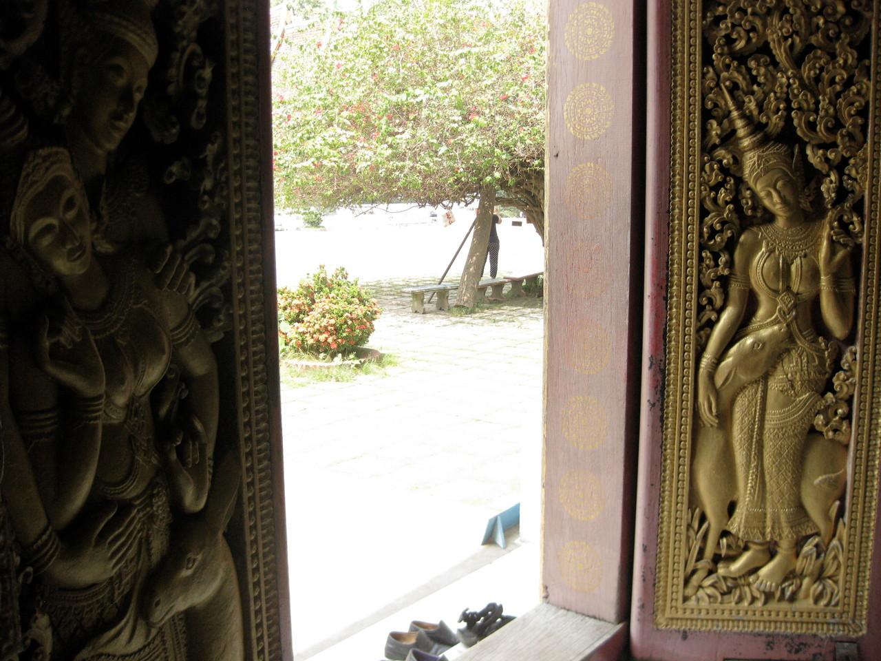 王の葬儀で使った霊柩車を納めてある堂の扉の裏の彫刻が艶かしい。