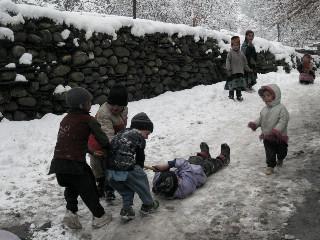 雪の上で遊ぶ子供たち