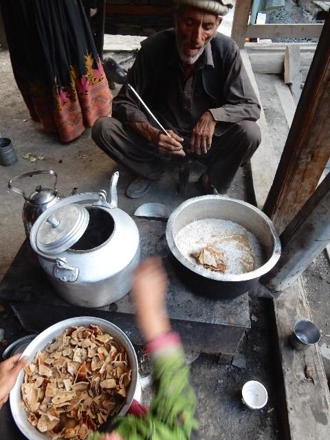 やはり葬式で分配され余ったのを干してパリパリにした小麦粉のタシーリを、その中に放り込んで煮る。こうして食べると無駄はない。しかし干したり乾かしたりするのが面倒という人の家では、たくさんのタシーリが黒カビだらけになっているのも見かける。
