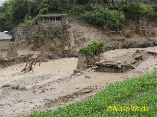 破壊したバラングル村入口の橋。