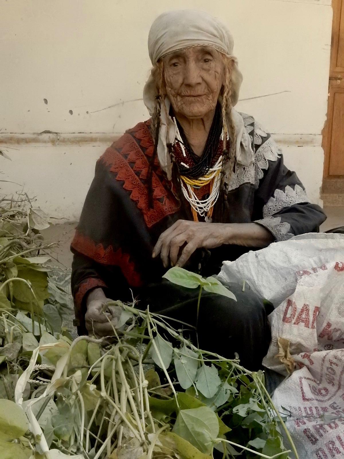 バラングル村の女性の中で一番長寿のお婆ちゃんは、今も現役で、緑ダール豆の収穫をする。