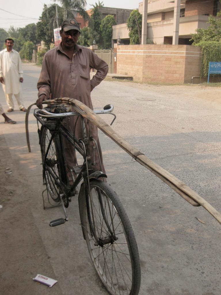 自転車に長い長い竹棹が置いてあったので、何だろうとメガネをずらして凝視していたら、持ち主が現れて、「これはパイプを掃除する道具だと教えてくれた。