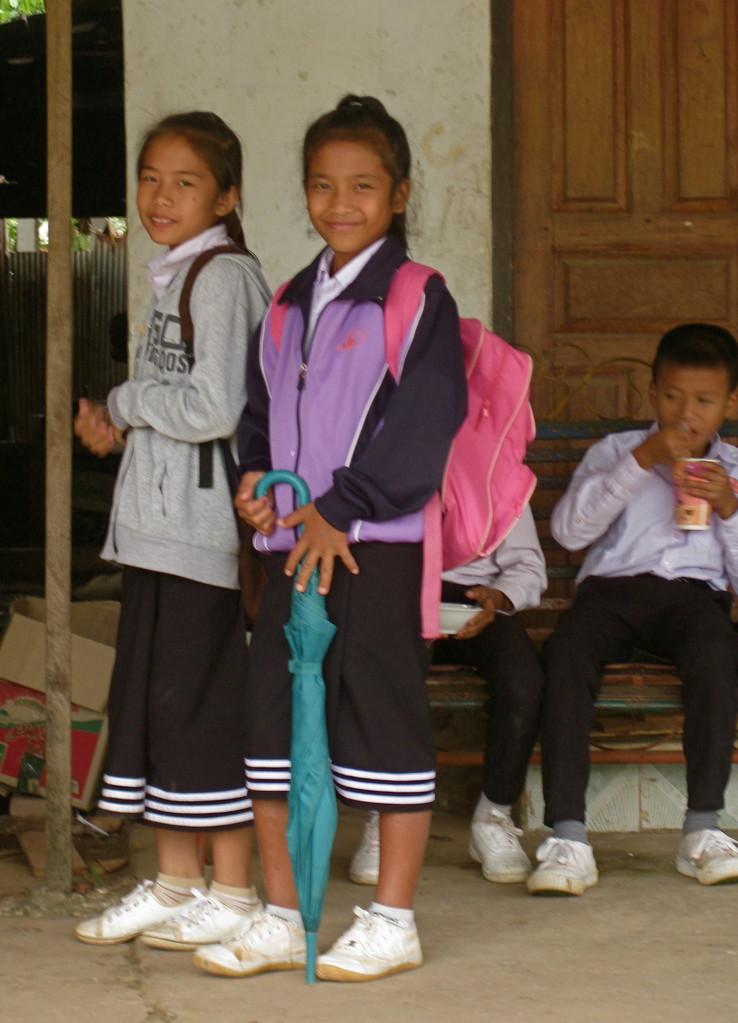 ラオスならではの女学生の制服スカート。