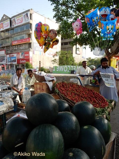 今の季節はスイカ、イチゴが人気の果物