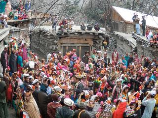 サジゴールでチャッタイの儀礼がされる間踊る男女
