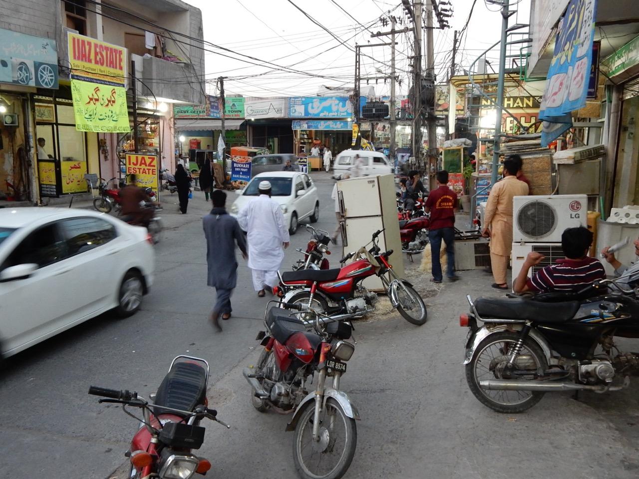 住宅地の近くにある商店街は、いかにもパキスタンの庶民の空気を漂わせている。