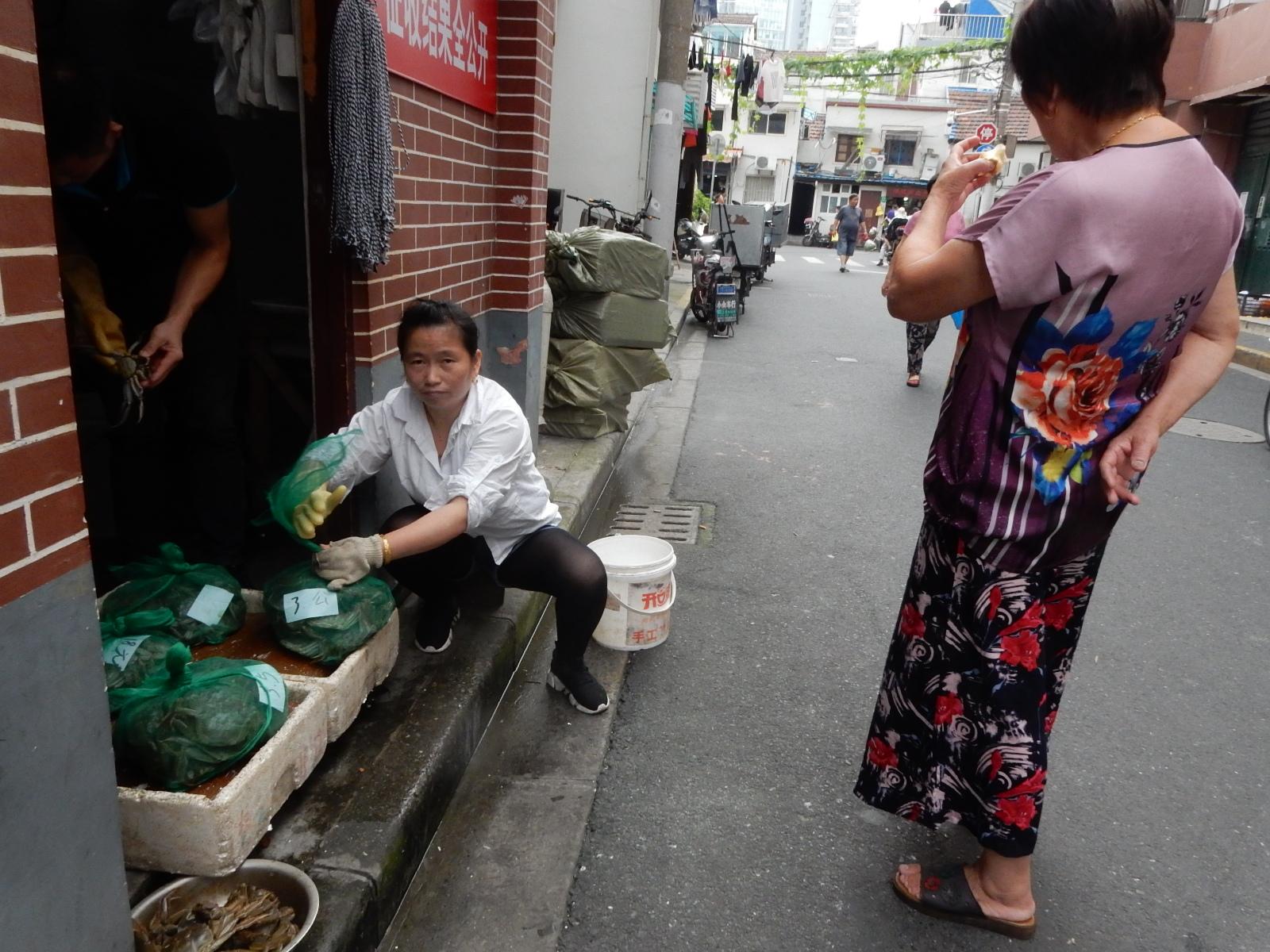 上海はカニで有名。いたるところでカニを売っている。