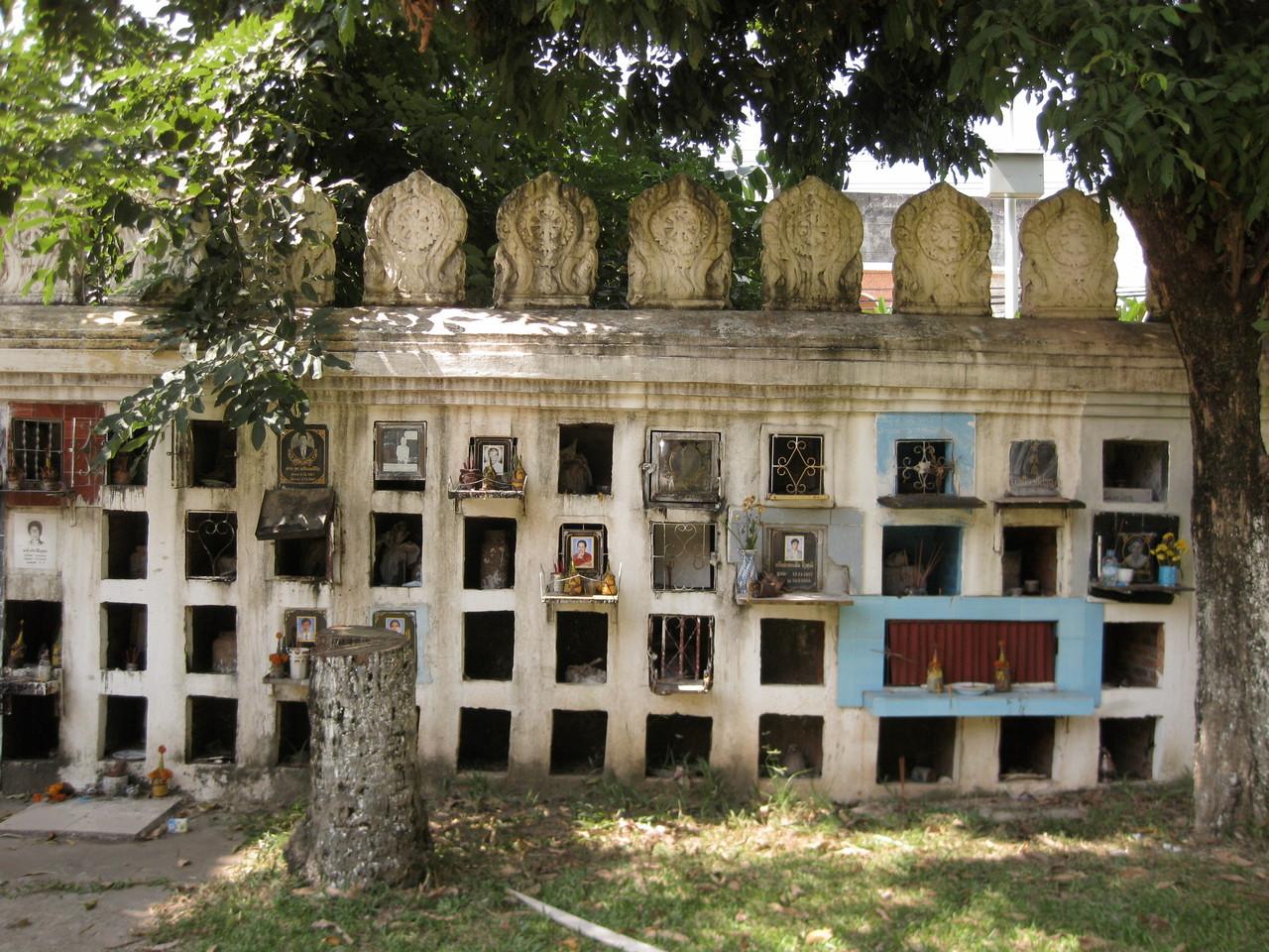 この寺で発見したのは、塀に並んだ位牌堂みたいなお墓群。