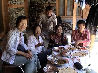 2006年夏、お母さん(左)とサイフラー・ゲストハウスに滞在したときの佳世さん(左から2番目)