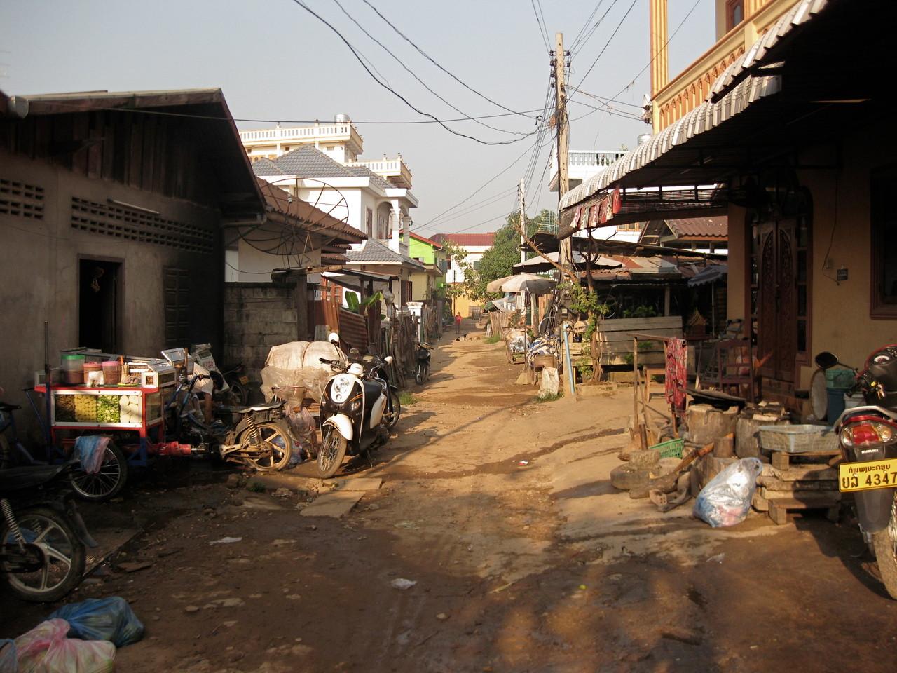 庶民が住む界隈の裏路地。屋台で商売する家が多そうだった。ゴミが散らばり、不衛生だった。しかしすぐ近所には豪邸も建っていた。