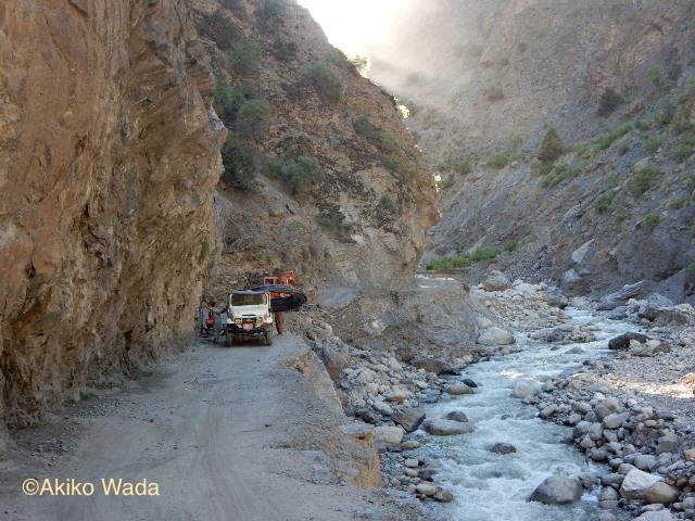 テロより怖いルンブール谷に通じる道路