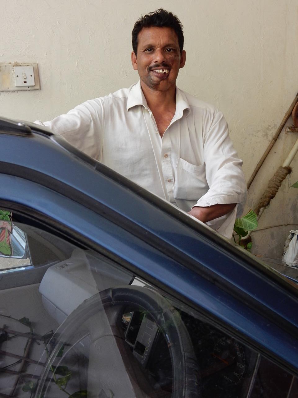 こちらも住宅地の清掃をする作業人。ヌザットさんが手作り料理をもてなしたので、お礼に彼女の車を拭いてくれている。持ちつもたれつ。