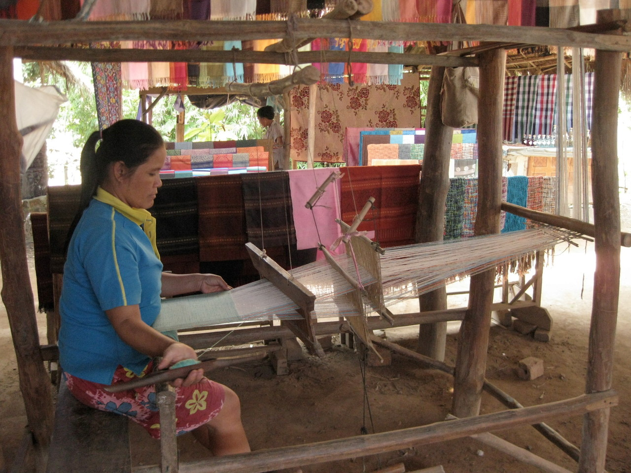 村では機織り作業も見学できました。