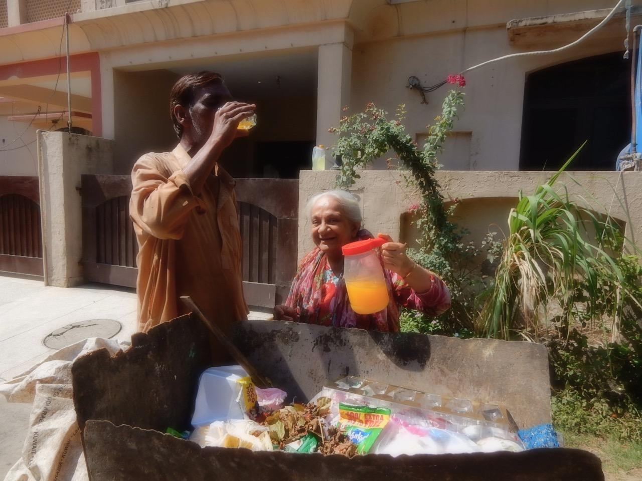ヌザットさんは敬虔なイスラム教徒で、「困っている人々に施す」ことを日常生活の中で自然に行っている。炎天下でゴミ集めの作業をしているキリスト教徒の方に冷たい飲み物を差し出す彼女。