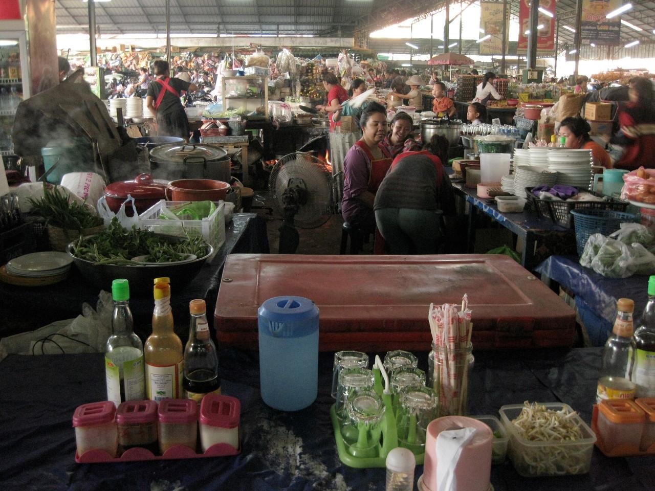 市場の中にはもちろん食堂がある。