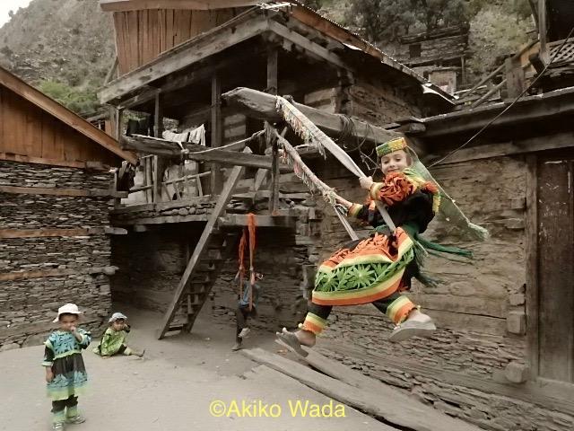 民族衣装の帯はビュンビュン、ブランコにのリサイクル