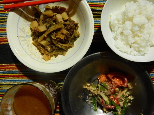 ある日の夕食。スワット米のご飯。庭のシソの実、乾燥ゴーヤ、カブを魚粉、パキスタン製醤油、香辛料、砂糖少々、焼酎少々で煮付けたもの。シソの葉とトマト、クルミをすりつぶしたもののサラダ。干しアンズの焼酎漬けを焼酎と水で割った飲み物。