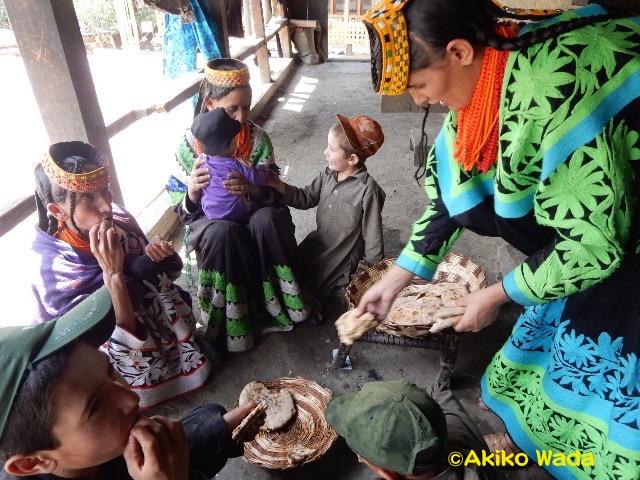 近所の子供たちにクルミパンをもてなす。