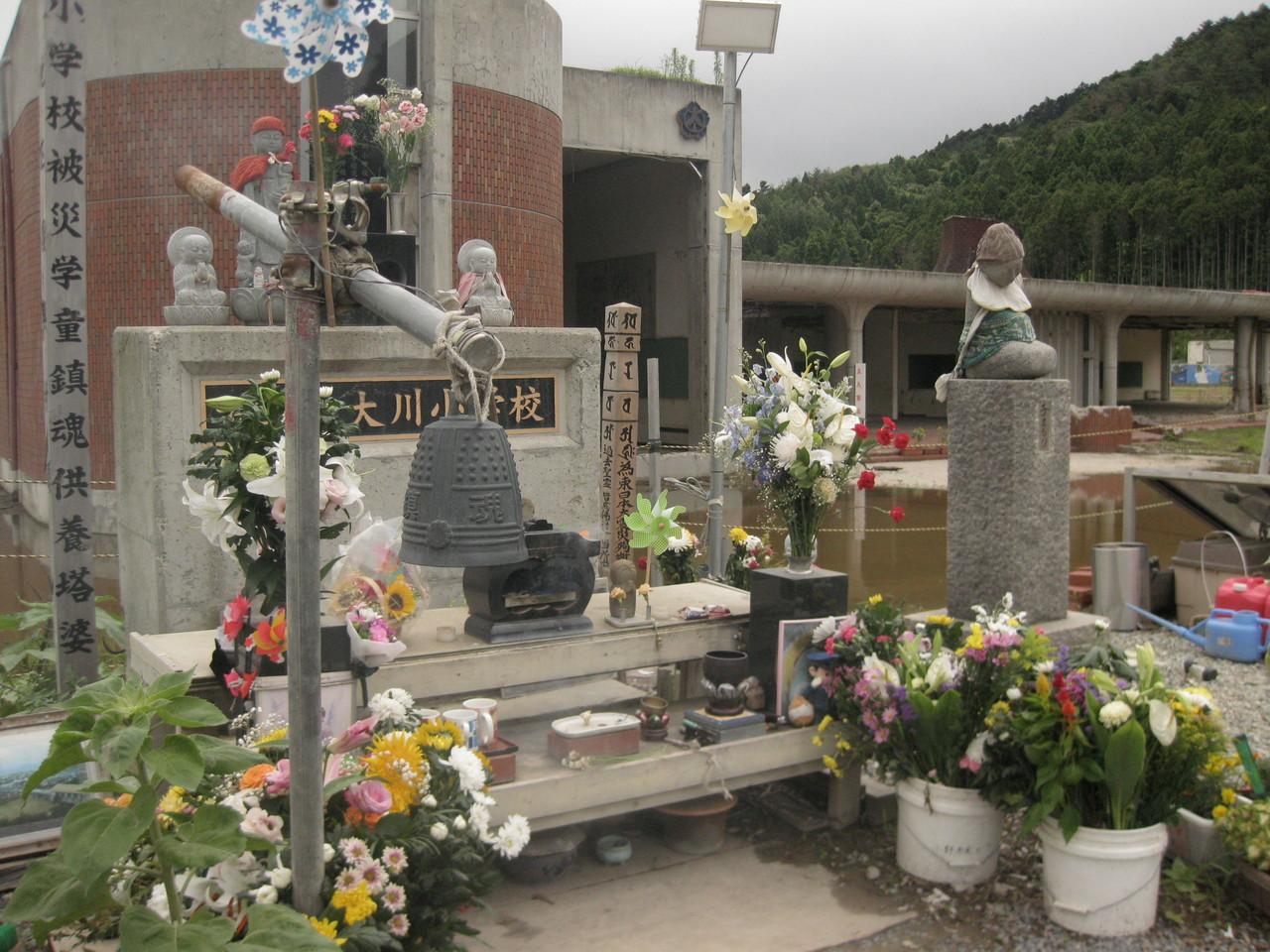 三日目に訪ねた大川小学校。全児童108人のうち74人が津波で命を落すという惨事の舞台となった。