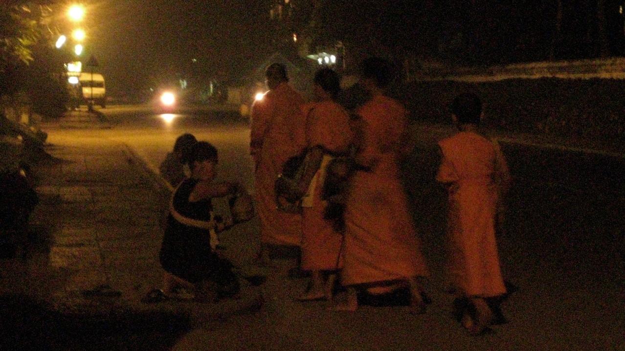 その後すぐ、どこからか若い坊さんグループが現れ、さっきの女性たちから托鉢していた。しかし、それっきりで何も起こらない